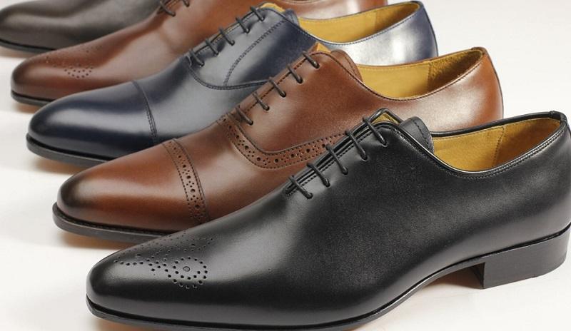 Zapatos de hombre en hilera